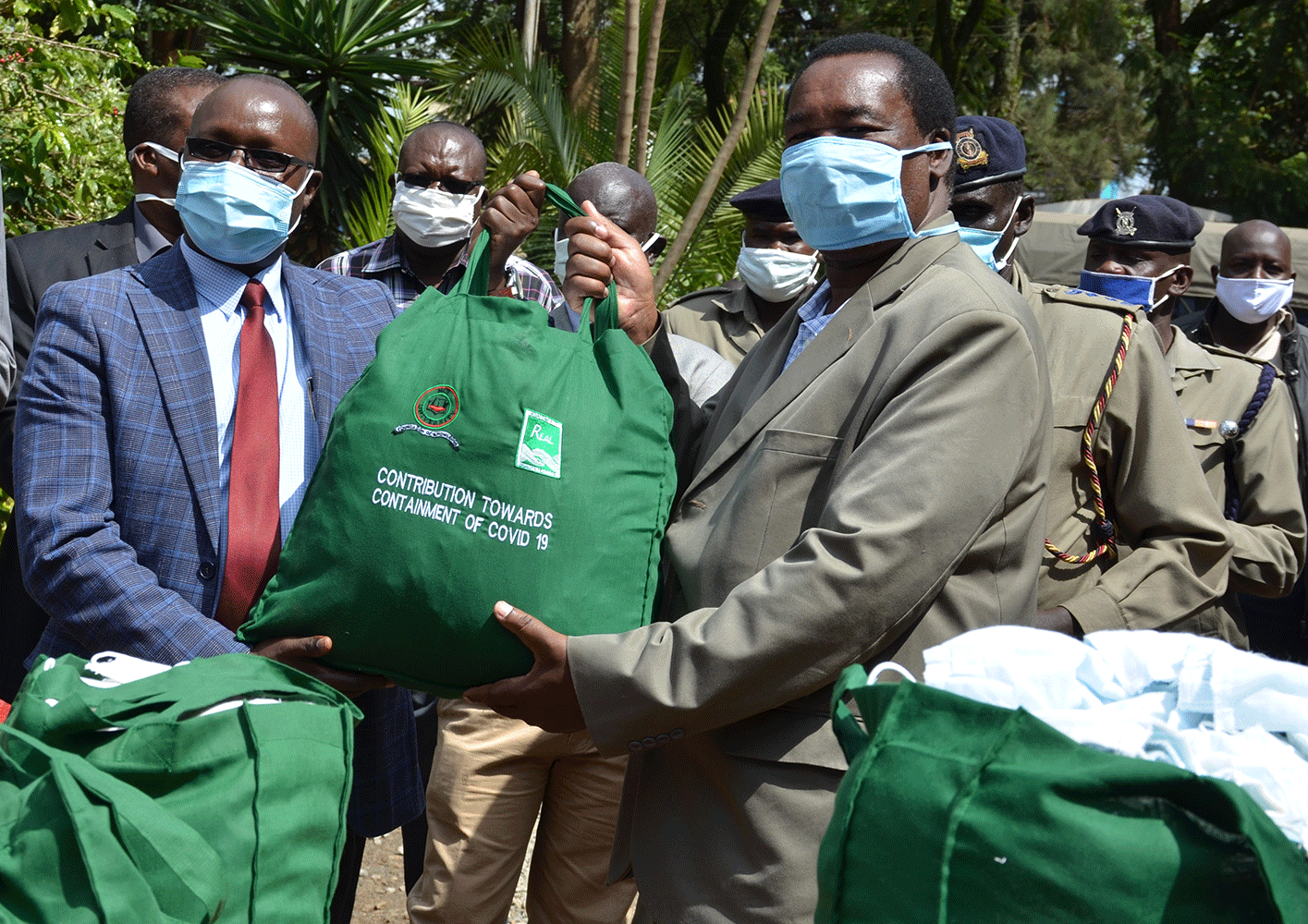 The fight against spread of COVID 19 received a major boost after Moi University in conjunction with Rivatex East Africa donated 3000 face masks and umbrellas to Uasin Gishu County Police officers. The exercise which took place today at Eldoret Central police station is part of the ongoing Corporate Social Responsibility (CSR).